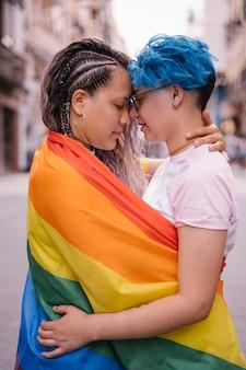 Любовь без границ пола или цвета кожи.