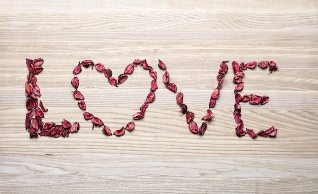 バラの花びらで作られた愛の言葉と心。