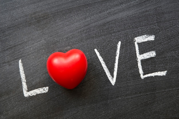 赤いハートの黒板に手書きの愛の言葉