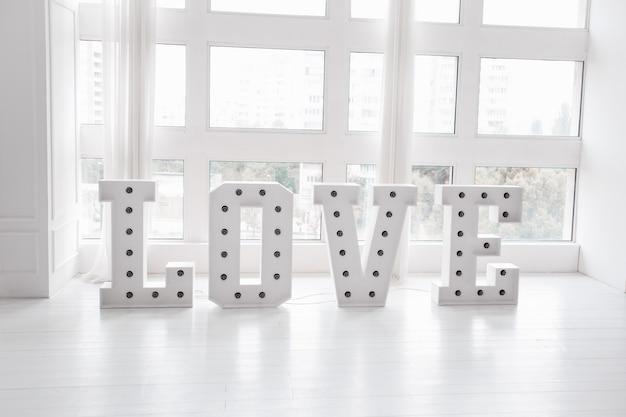 Любовное слово с большими буквами и лампочками