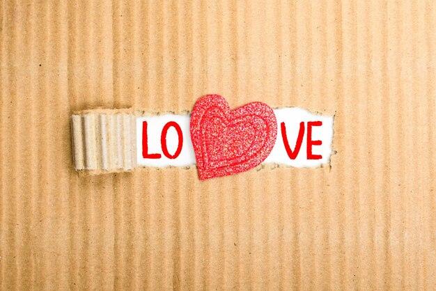 段ボール箱の間にハートで書かれた愛の言葉