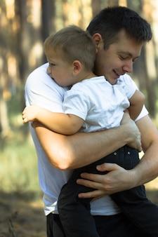 아빠 사랑 해요. 아버지와 아들이 포옹합니다. 행복한 가족 여가. 작은 소년은 아빠를 포옹. 함께하는 것을 좋아합니다. 아동 발달. 당신은 내 세상입니다. 당신은 아빠와 포옹하고 싶지 않습니다. 순수한 행복. 아기 돌보기