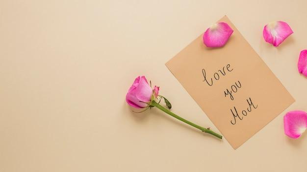 ピンクのバラの花、love you mom碑文