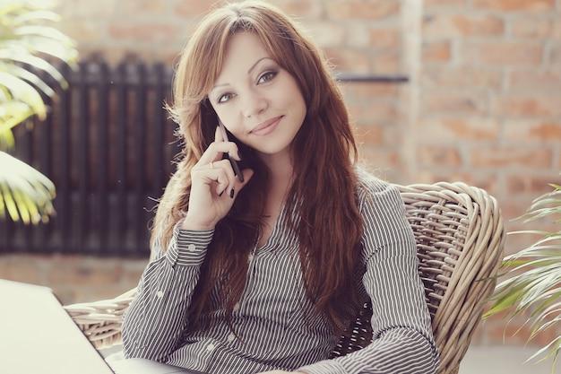 사랑스럽고 매력적인 성인 여성 무료 사진