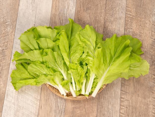 木製の背景の素敵で健康的な野菜(白菜またはチンゲン菜)