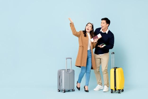 旅行に行く素敵なアジアカップル観光客