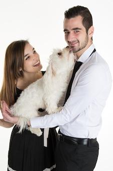 素敵な魅力的なカップルと犬一緒に、スタジオ撮影、白