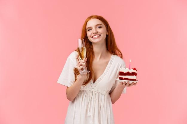 Прекрасная женщина b-day празднует на своей вечеринке с друзьями, слышит сердечный тост