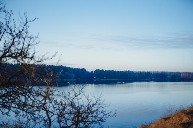 Прекрасная красивая голубая река. спокойный пейзаж с рекой и небом lue.