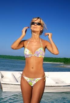 Прекрасная девушка в бикини в океане