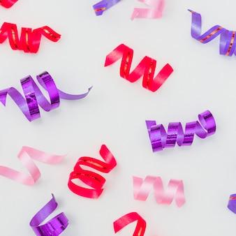 Bella composizione di compleanno con coriandoli colorati