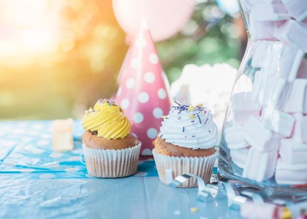 화려한 파티 요소와 사랑스러운 생일 개념