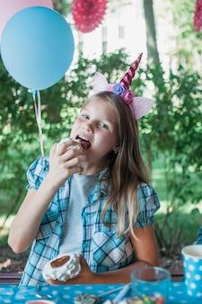 Concetto di compleanno incantevole con ragazza felice