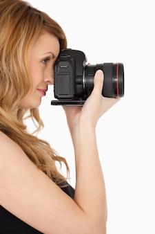 Прекрасная блондинка женщина с фото с камеры