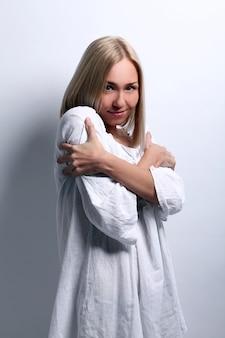 Giovane donna bionda adorabile con freddo