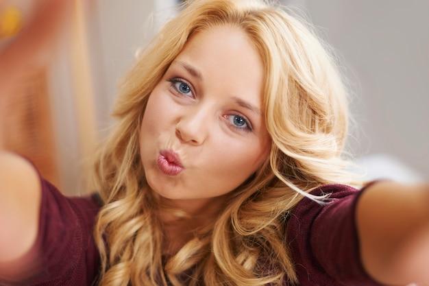 Bella ragazza bionda che cattura selfie