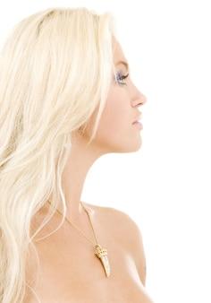 白い壁の上の素敵な金髪の女性