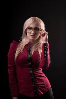 眼鏡をかけ、赤いブラウスを着た素敵な金髪の女性