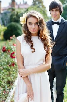 公園の背景、結婚式の写真、美しいカップル、クローズアップの肖像画で互いに近くに立っている素敵な花嫁と花婿。
