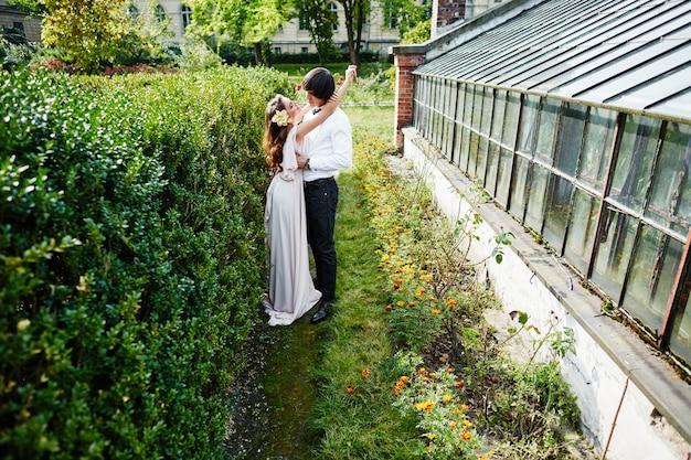 公園の背景、結婚式の写真、美しいカップル、肖像画、ハグで互いに近くに立っている素敵な花嫁と花婿。