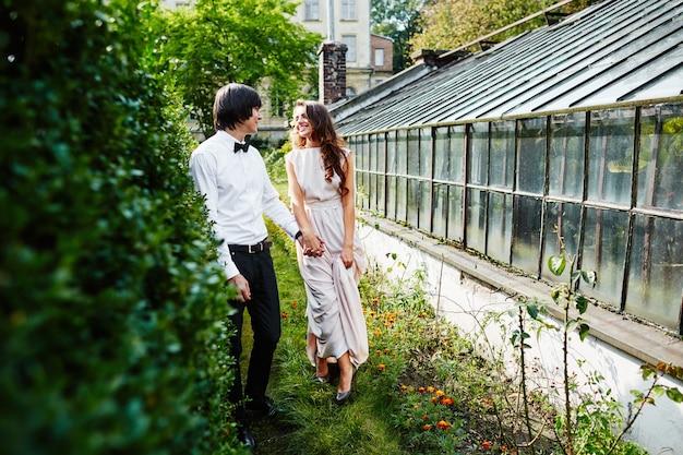 公園の背景、結婚式の写真、美しいカップル、肖像画で互いに近くに立っている素敵な花嫁と花婿。