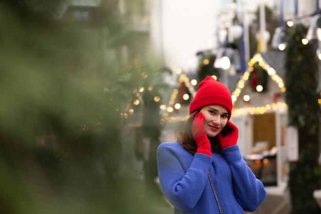 クリスマスフェアで歩いている素敵なブルネットの女性。テキスト用のスペース