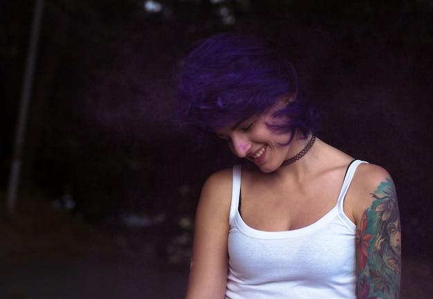公園のホーリーパウダーフェスティバルで風に髪の毛を持つ素敵なブルネットの女性