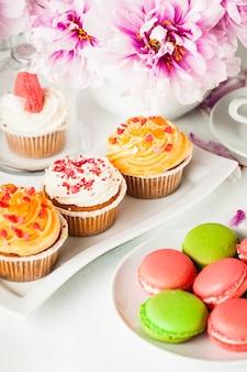 커피와 꽃을 곁들인 사랑스러운 케이크와 마카롱