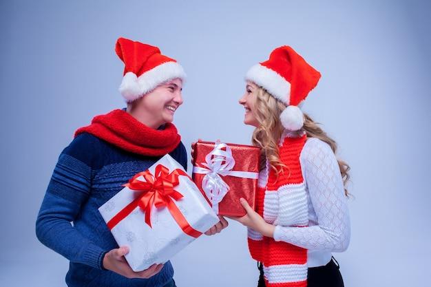 선물을 들고 사랑스러운 크리스마스 커플