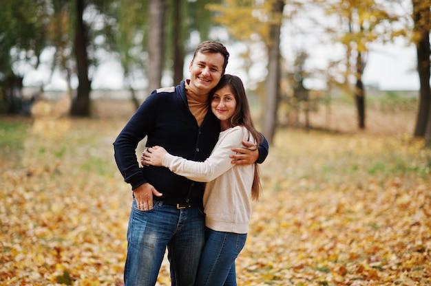 秋の素敵なカップルが公園を去ります。