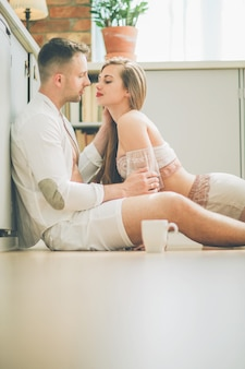 自宅での素敵なカップル