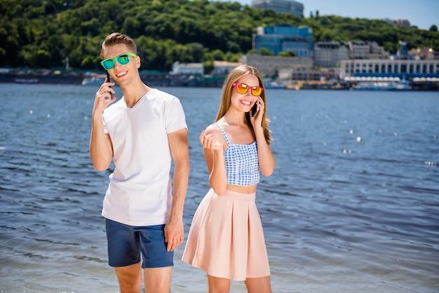 一緒にビーチで素敵なカップル