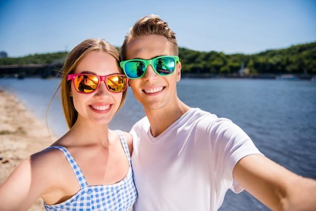 Прекрасная пара на пляже вместе