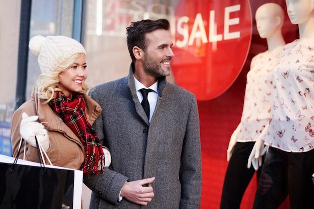 도시에서 쇼핑을 하 고 사랑스러운 커플