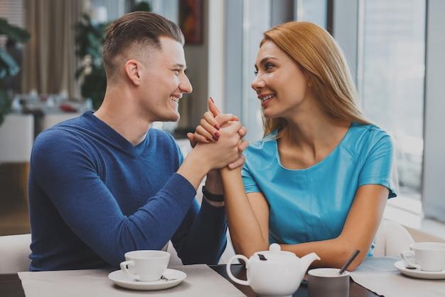 レストランで朝食を一緒に楽しんでいる素敵なカップル