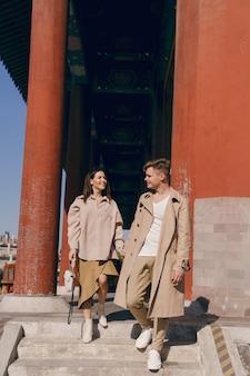 Coppie adorabili che esplorano le attrazioni turistiche a pechino cina