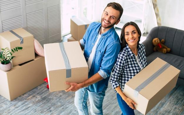 Прекрасная пара в восторге от своей недавней покупки нового дома, которая заставляет их чувствовать себя на грани счастья.