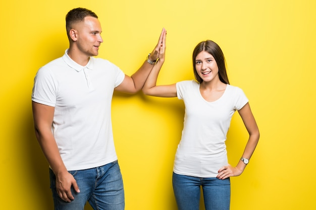 사랑스러운 부부는 서로 계약 성공 개념에 5를 제공합니다