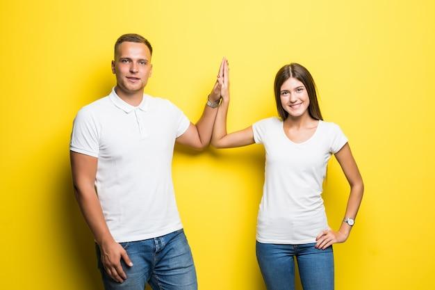 素敵なカップルがお互いに5を与える合意成功の概念