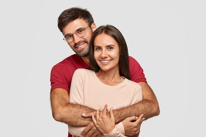 素敵なカップルは暖かい抱擁を持っています