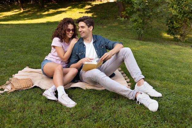 야외에서 데이트를 하는 사랑스러운 커플
