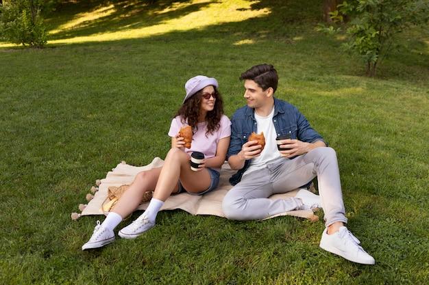 Прекрасная пара, свидание на открытом воздухе