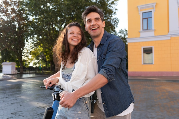 Прекрасная пара на свидании на улице