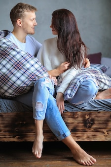 一緒に親密な瞬間を持っている素敵なカップル