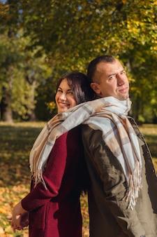 Прекрасная пара весело вместе на природе. парень и девушка связаны одним шарфом вместе. праздники, любовь, путешествия, туризм, отношения и концепция знакомств.