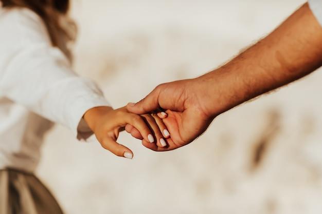 흰색 바탕에 손을 잡고 사랑스러운 커플