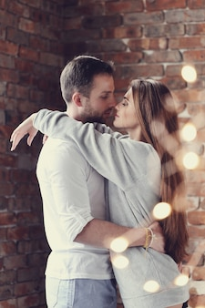 Прекрасная пара обниматься дома обниматься