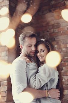 Прекрасная пара обниматься