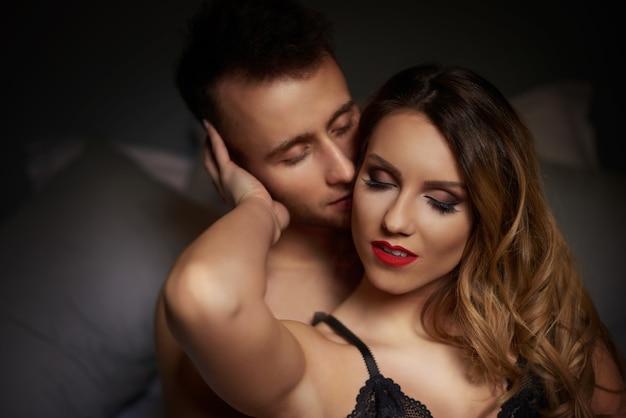 침대에서 사랑스러운 커플