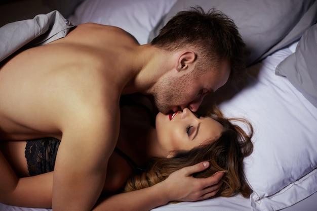 ベッドの中で素敵なカップル